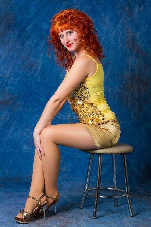 Schönes junges rothaariges Mädchen in einem gelben Kleid stockfoto