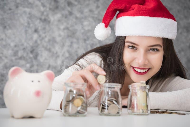 Schönes junges schönes Mädcheneinsparungsgeld für Weihnachten und Ferienzeit stockfotografie