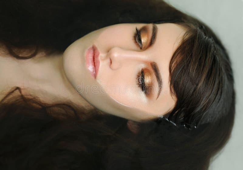 Schönes junges sexy Mädchen mit dem dunklen Haar naß lizenzfreie stockfotografie