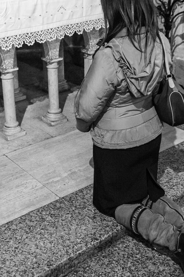 Schönes junges weibliches Beten lizenzfreies stockbild