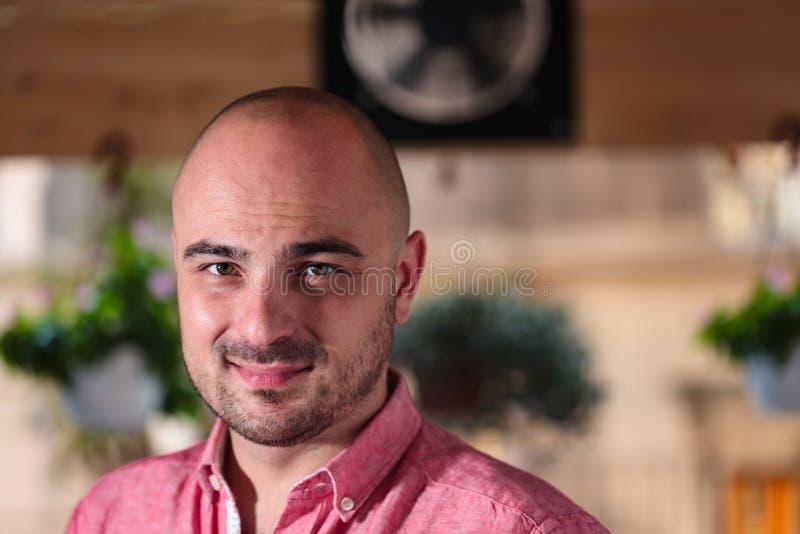 Schönes kahles junger Mann-Porträt lizenzfreie stockfotos