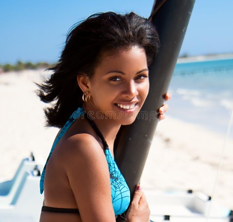 Schönes karibisches Frauenlächeln lizenzfreies stockbild
