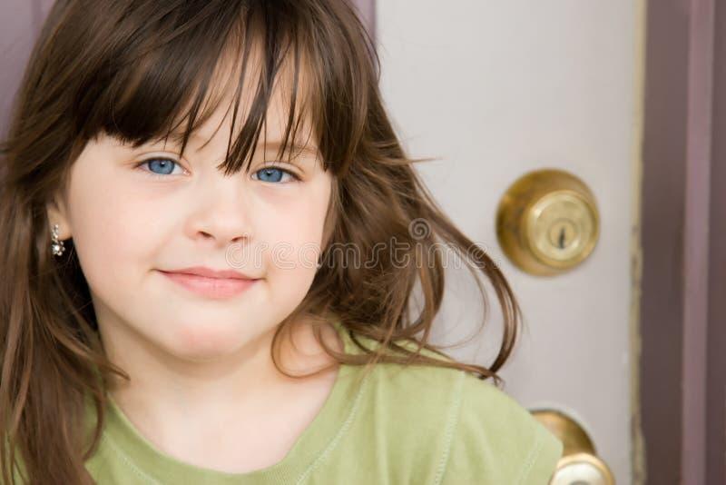 Schönes Kind an der Haustür stockbilder