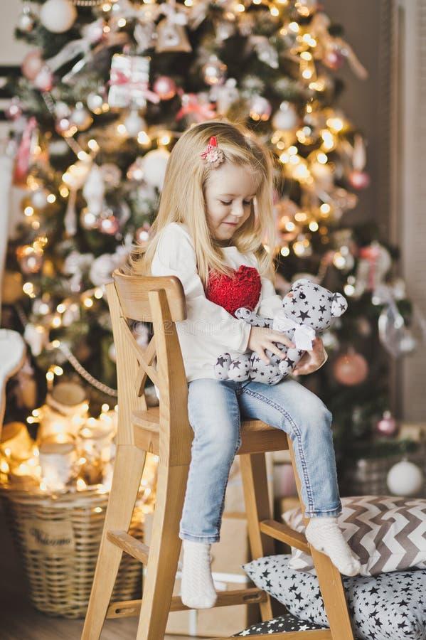 Schönes Kind in Erwartung des neuen Jahres 7309 lizenzfreies stockfoto