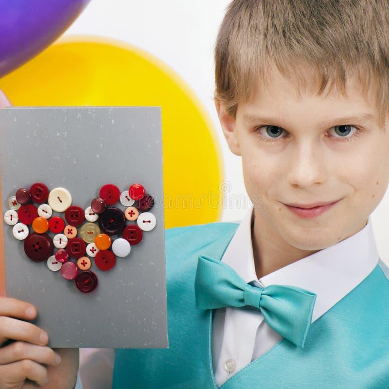 Schönes Kind mit Postkarte stockfotografie