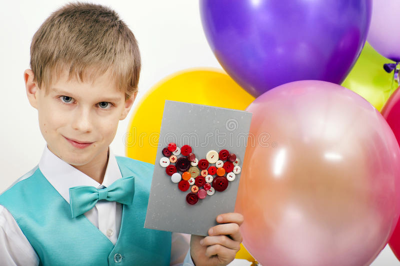 Schönes Kind mit Postkarte lizenzfreie stockbilder