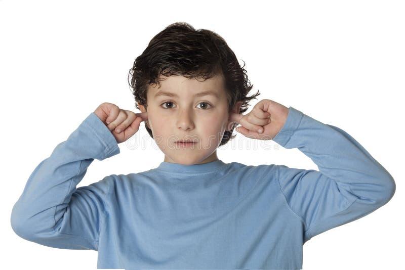 Schönes Kind, welches die Ohren abdeckt lizenzfreie stockfotografie