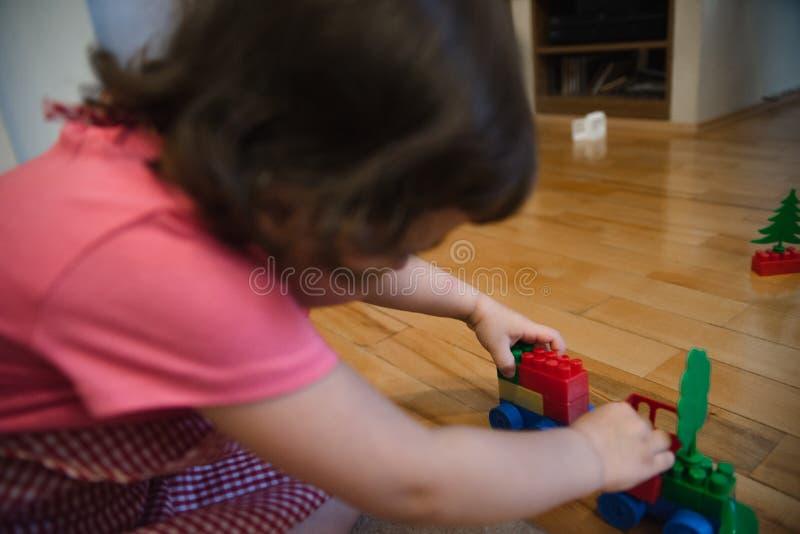 Schönes Kindermädchen, das im Haus spielt stockbilder