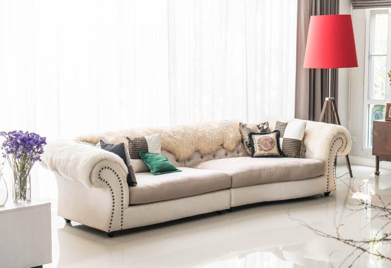 Schönes Kissen auf Sofa lizenzfreie stockfotografie