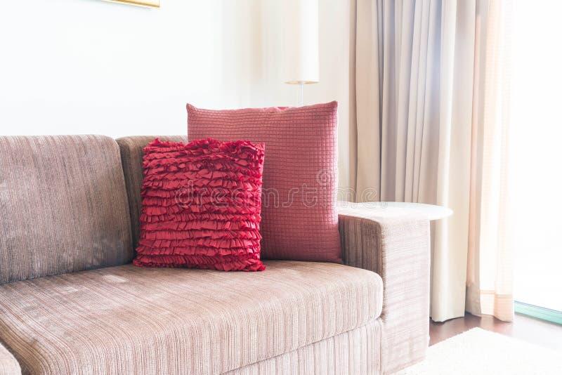 Schönes Kissen auf Sofadekoration im Wohnzimmer stockbilder