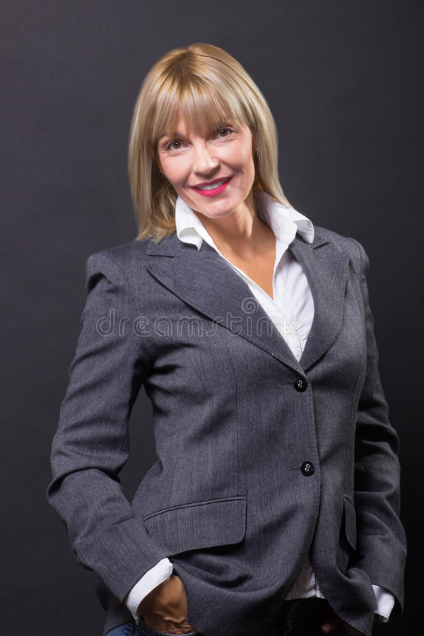 Schönes Klagenlächeln der reifen Jahre der Frau 40s lizenzfreie stockfotografie