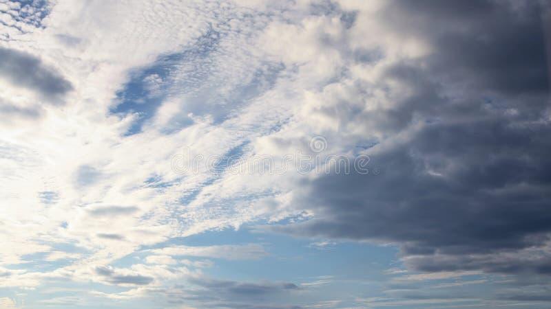 Schönes klares klares cloudscape mit großem, errichtend bewölkt sich lizenzfreie stockfotos