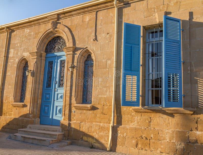 Schönes klassisches Wohngebäude in der alten Stadt von Nicosi lizenzfreies stockfoto