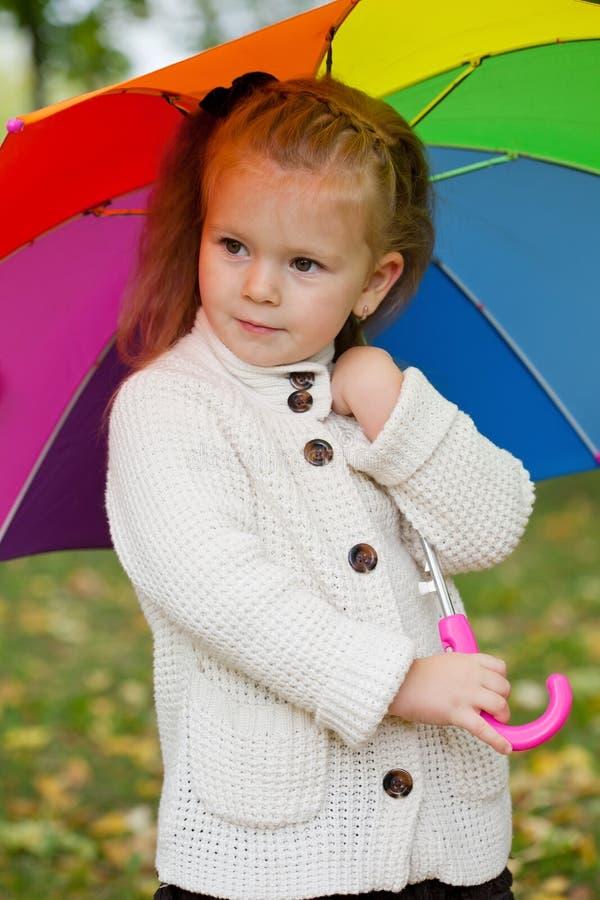 Schönes kleines Mädchen auf Weg lizenzfreie stockbilder