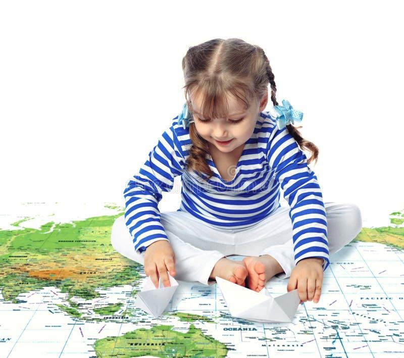 Schönes kleines Mädchen, das in den Booten, Karte, t spielt stockbilder