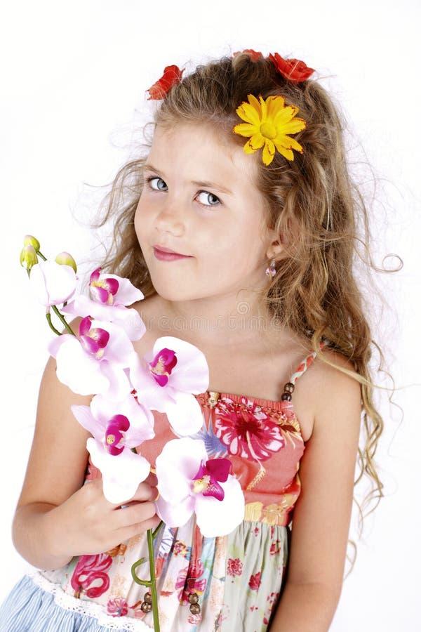 Schönes kleines Mädchen, das eine Blume hält stockbilder