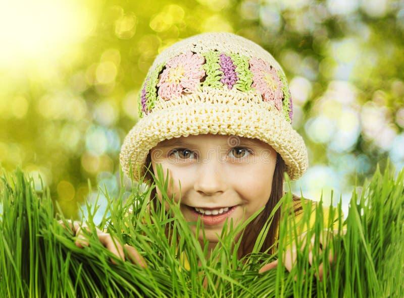 Schönes kleines Mädchen, das in einer Wiese liegt lizenzfreies stockfoto