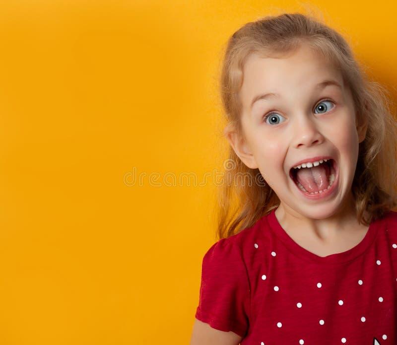 Schönes kleines Mädchen, das im Schock emotional schreien reagiert stockbild