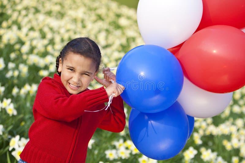 Schönes kleines Mädchen, das mit Ballonen spielt lizenzfreies stockbild
