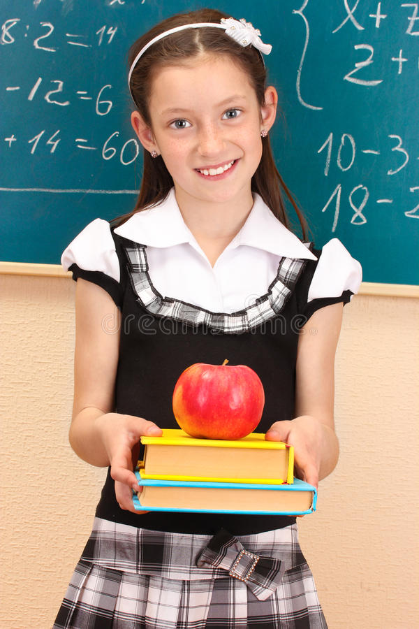 Schönes kleines Mädchen in der Schuluniform lizenzfreie stockfotografie