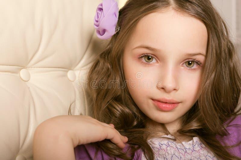 Schönes kleines Mädchen des Nahaufnahmeporträts stockfotografie