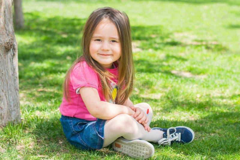 Schönes kleines Mädchen draußen stockfotografie
