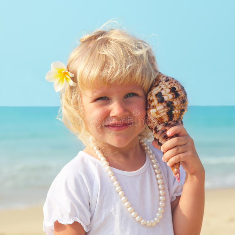 Schönes kleines Mädchen durch das Meer lizenzfreies stockfoto