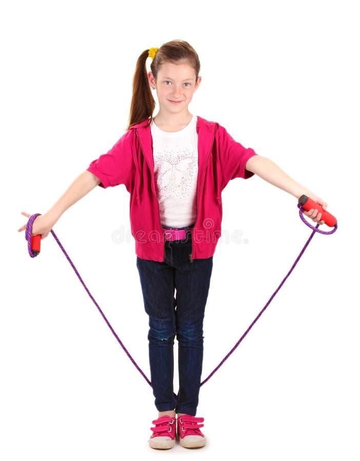 Schönes kleines Mädchen mit überspringendem Seil stockbild