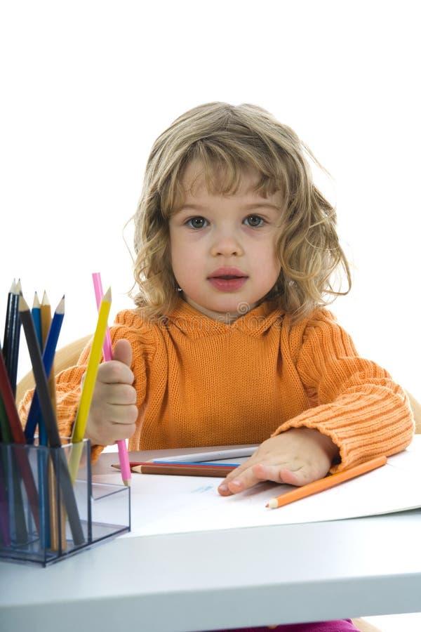 Schönes kleines Mädchen mit Bleistiften lizenzfreie stockbilder