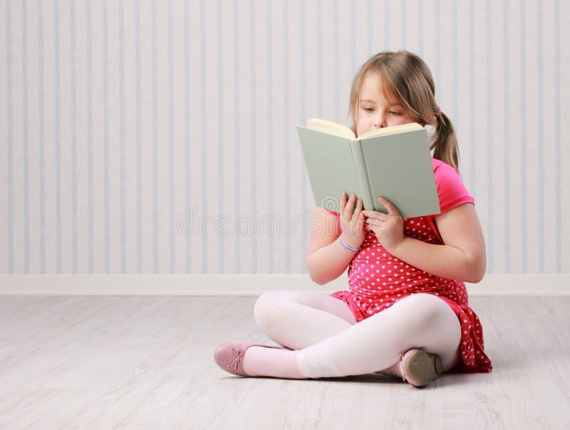 Schönes kleines Mädchen mit Buch stockbilder