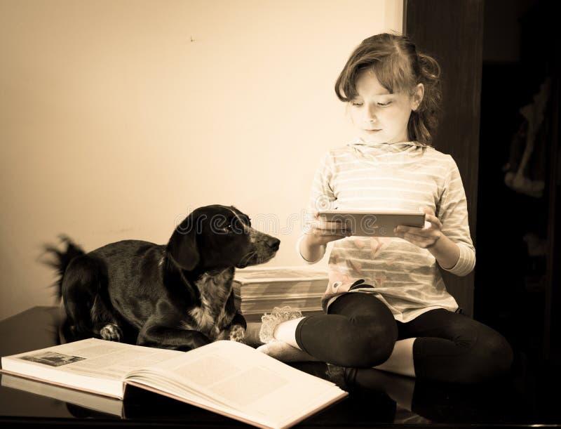 Schönes kleines Mädchen mit ihrem Hund stockfotografie