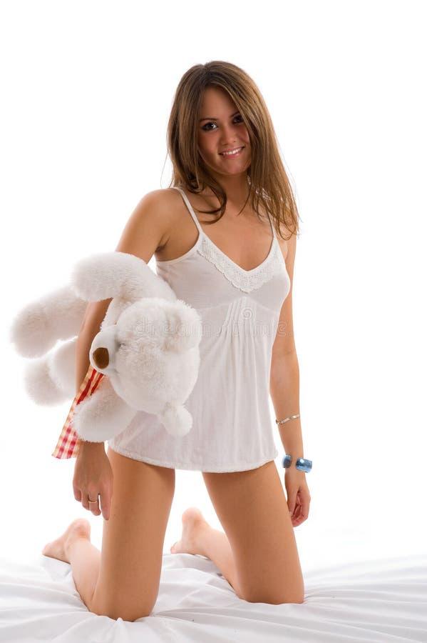 Schönes lächelndes asiatisches Mädchen mit einem Spielzeug. stockbilder
