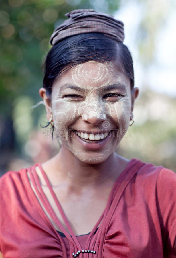 Schönes lächelndes birmanisches Mädchen lizenzfreie stockfotografie