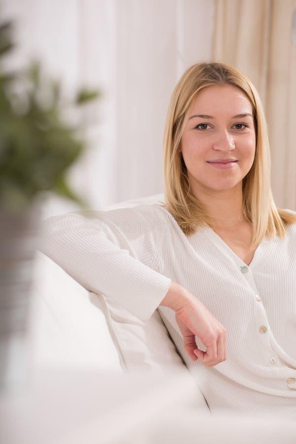 Schönes lächelndes blondes Mädchen lizenzfreies stockbild