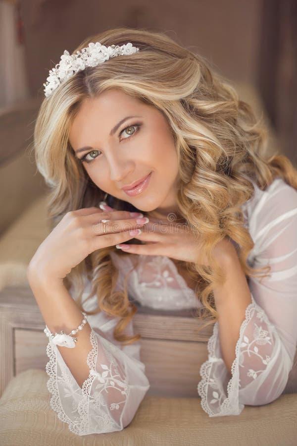 Schönes lächelndes Brautfraueninnenporträt Make-up und gewelltes h lizenzfreie stockbilder