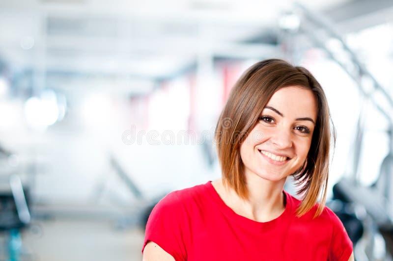 Schönes lächelndes junges Mädchen lizenzfreie stockbilder