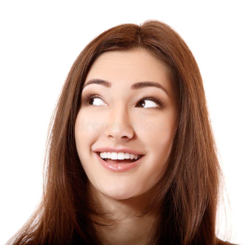 Schönes lächelndes Mädchen, das oben zur linken Ecke schaut lizenzfreies stockbild