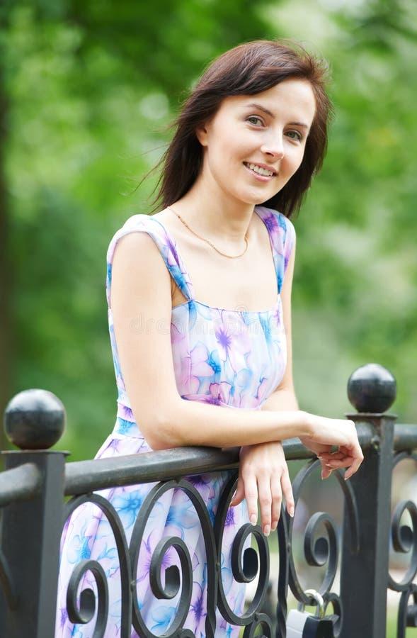 Schönes lächelndes Mädchen draußen lizenzfreies stockfoto