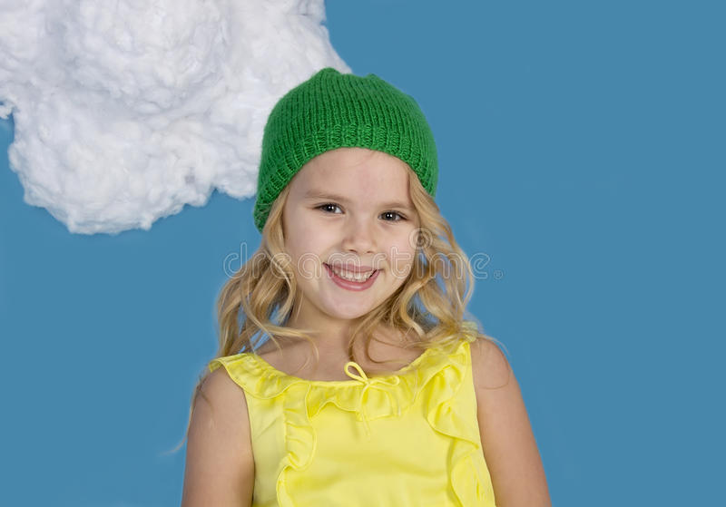 Schönes lächelndes Mädchen in einer grünen Kappe lizenzfreies stockbild
