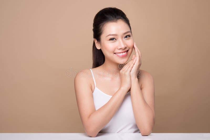 Schönes lächelndes Mädchen Gesichtsbehandlung Junge asiatische Frau mit sauberer Perf lizenzfreies stockfoto
