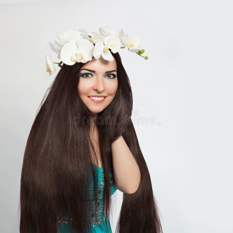 Schönes lächelndes Mädchen. Gesundes langes dunkles Haar lizenzfreie stockfotos