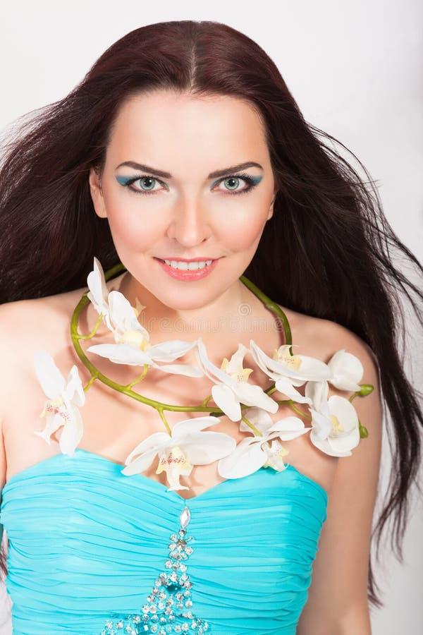 Schönes lächelndes Mädchen im Orchideen-Kranz lizenzfreie stockbilder