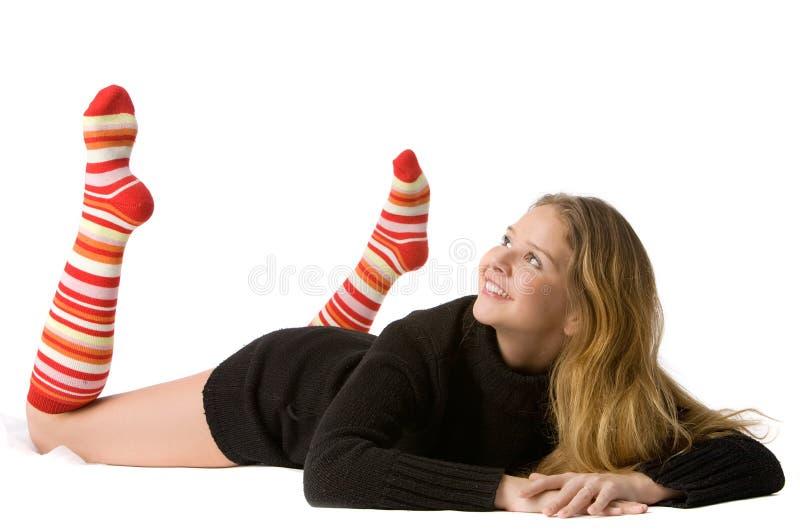 Schönes lächelndes Mädchen liegt auf dem Fußboden stockfotografie