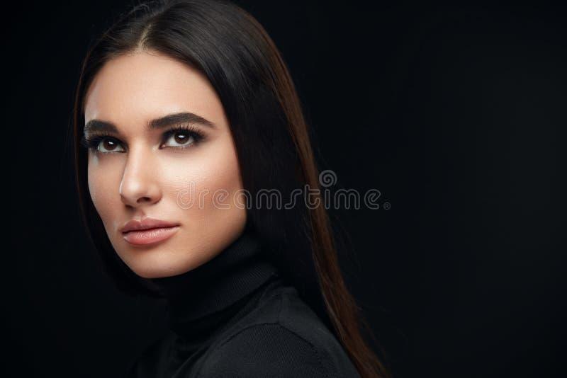 Schönes lächelndes Mädchen Porträt-Schönheit mit Gesichtsmake-up lizenzfreie stockfotografie