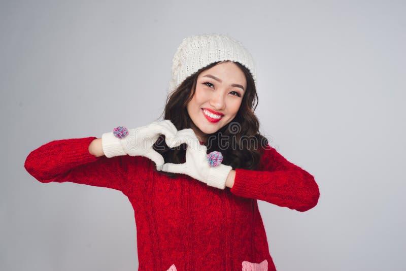Schönes lächelndes Mode-Modell-Gesicht mit den roten Lippen im warmen Stoff lizenzfreies stockbild