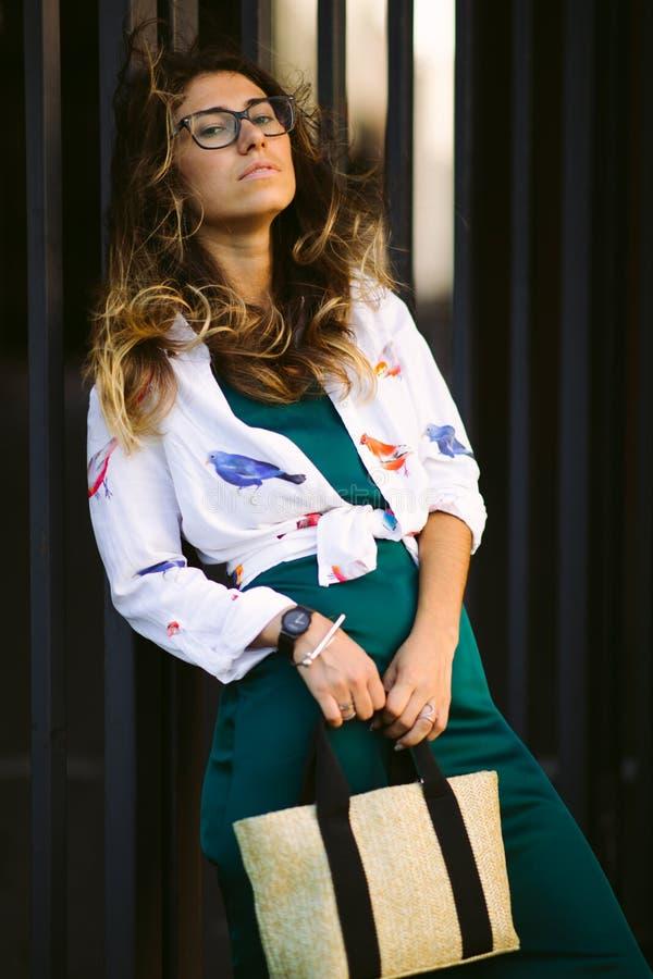 Schönes lächelndes nettes Gehen der jungen Frau auf die Straße, zufälliges hübsches Mädchen an der Stadt lizenzfreie stockfotografie