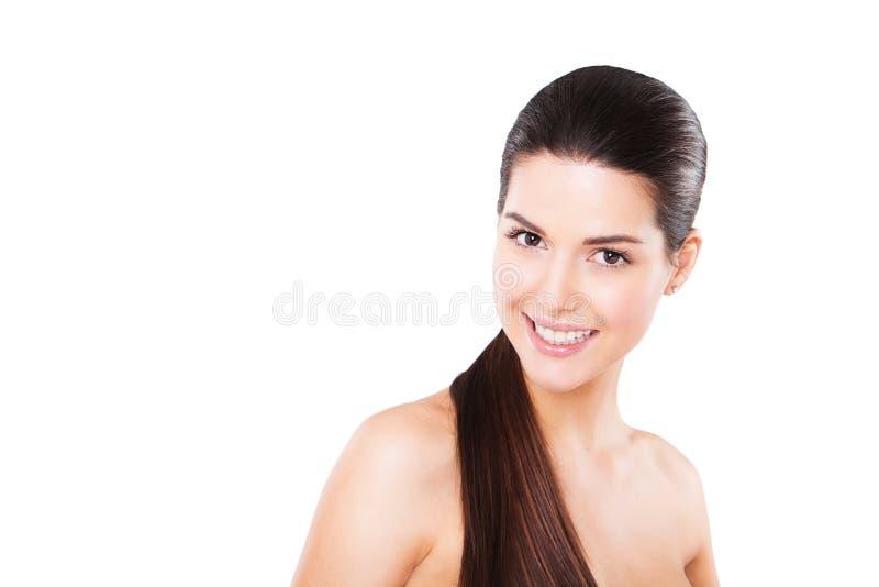 Schönes lächelndes weibliches Modell mit perfekter Haut stockfotografie