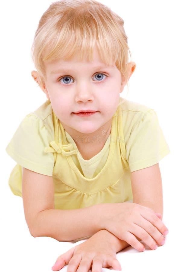 Schönes Lügen des kleinen Mädchens lizenzfreie stockbilder