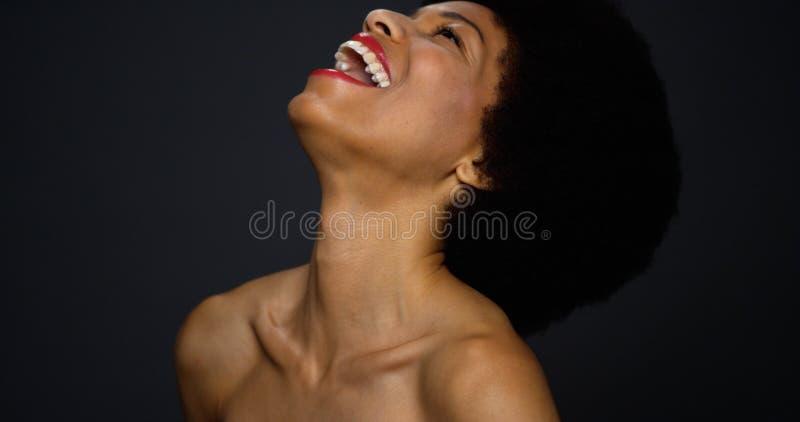 Schönes Lachen der schwarzen Frau stockbilder