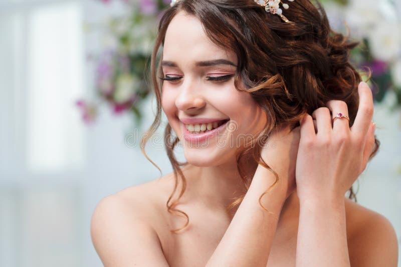Schönes Lachen des jungen Mädchens Porträt mit dem schönen Haar, Locken Nahaufnahme stockfotos